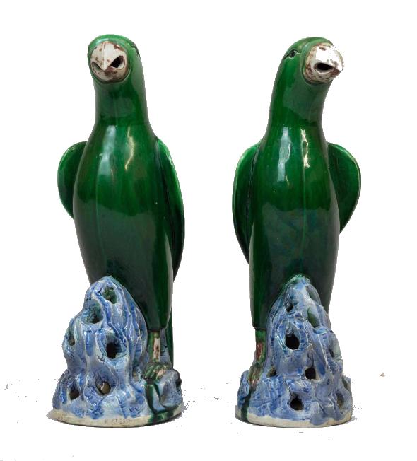 Paire de perroquets perchés sur des rochers, en porcelaine émaillée vert et bleu Chine, XXe siècle Jean Havin