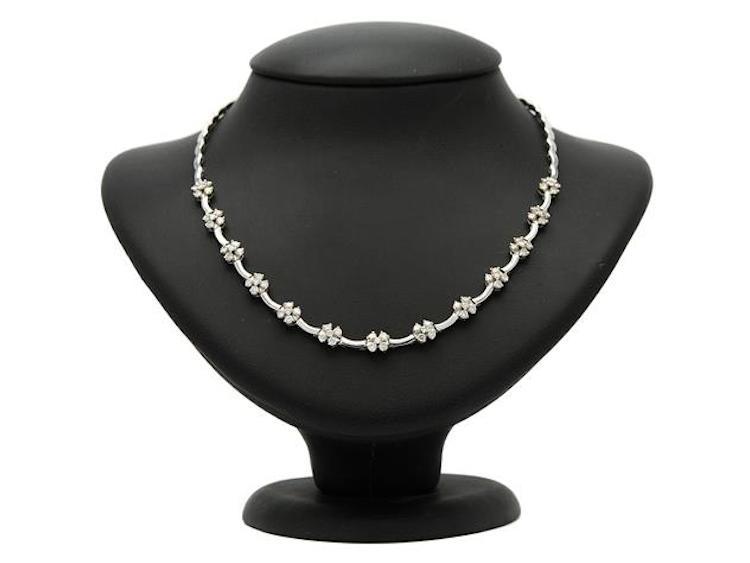 18K vitguld, 65 briljantslipade diamanter ca 3,00 ctv, ca TCr-Cr/SI, längd 42 cm, vikt 26,1 g. Utropspris 21 000 SEK.