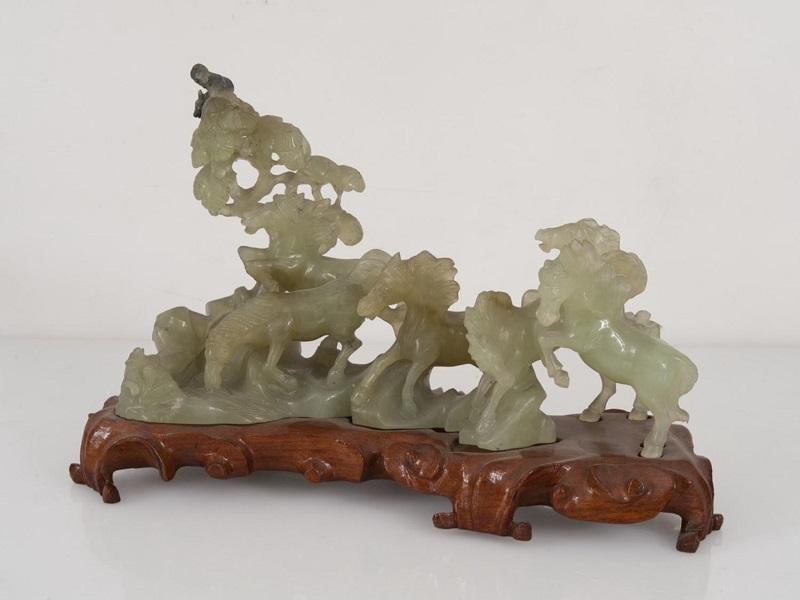 "Figura china tallada en jade. ""Caballos bajo árbol"""