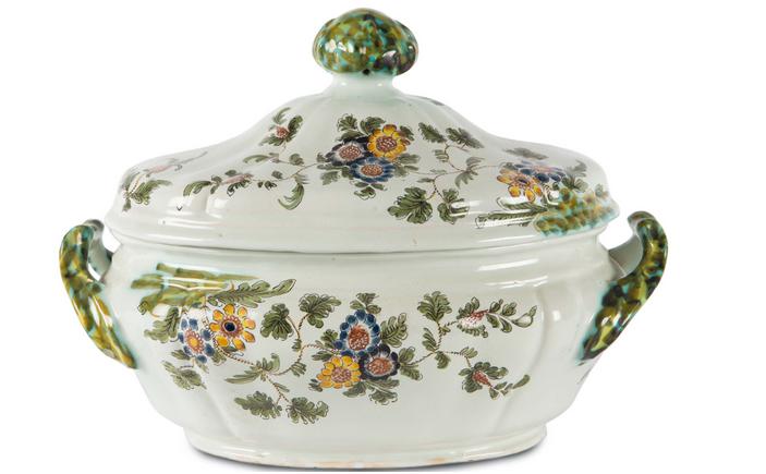 Soppskål från Pesaro - tillverkad av CASALI e Callegari, flerfärgsblomsterutsmyckning mot en vit bakgrund, andra halvan av 1700-talet.