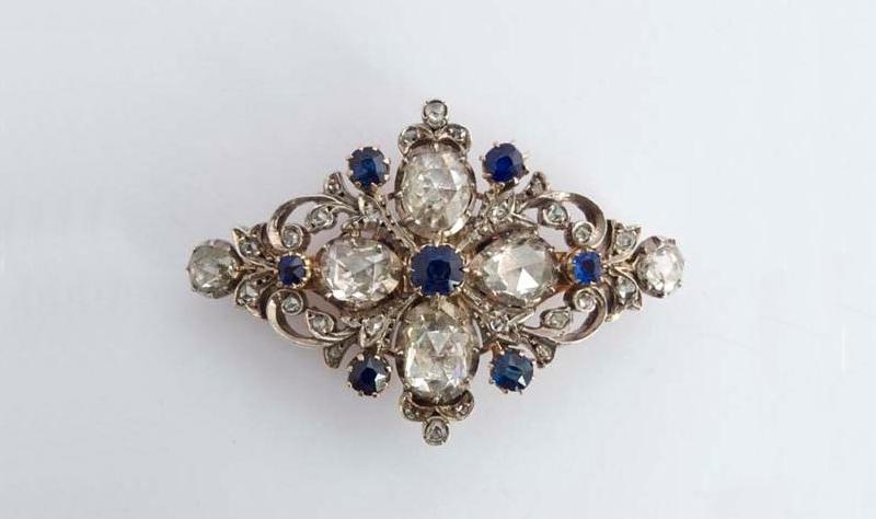 Alfiler en oro rosa con diamantes, zafiros y vistas de plata en forma de cruz (siglo XIX)