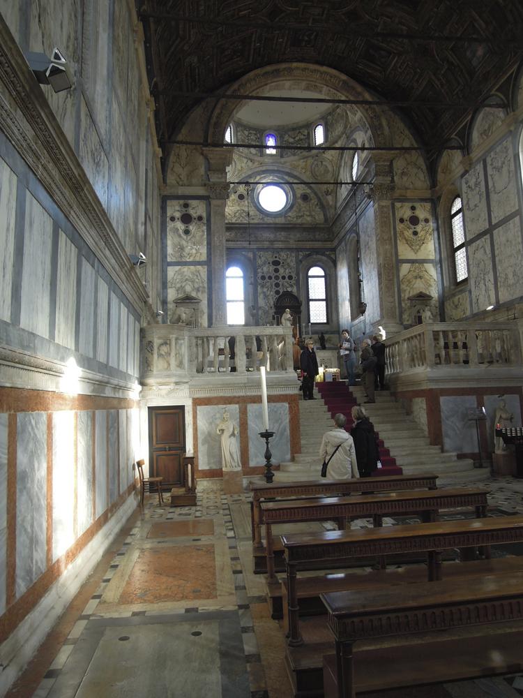 """Friden. Santa Maria dei Miracoli.Kyrkan byggdes mellan 1481 och 1489 som inramning för målningen """"Jungfru Maria och barnet"""" av Nicoló di Pietro."""