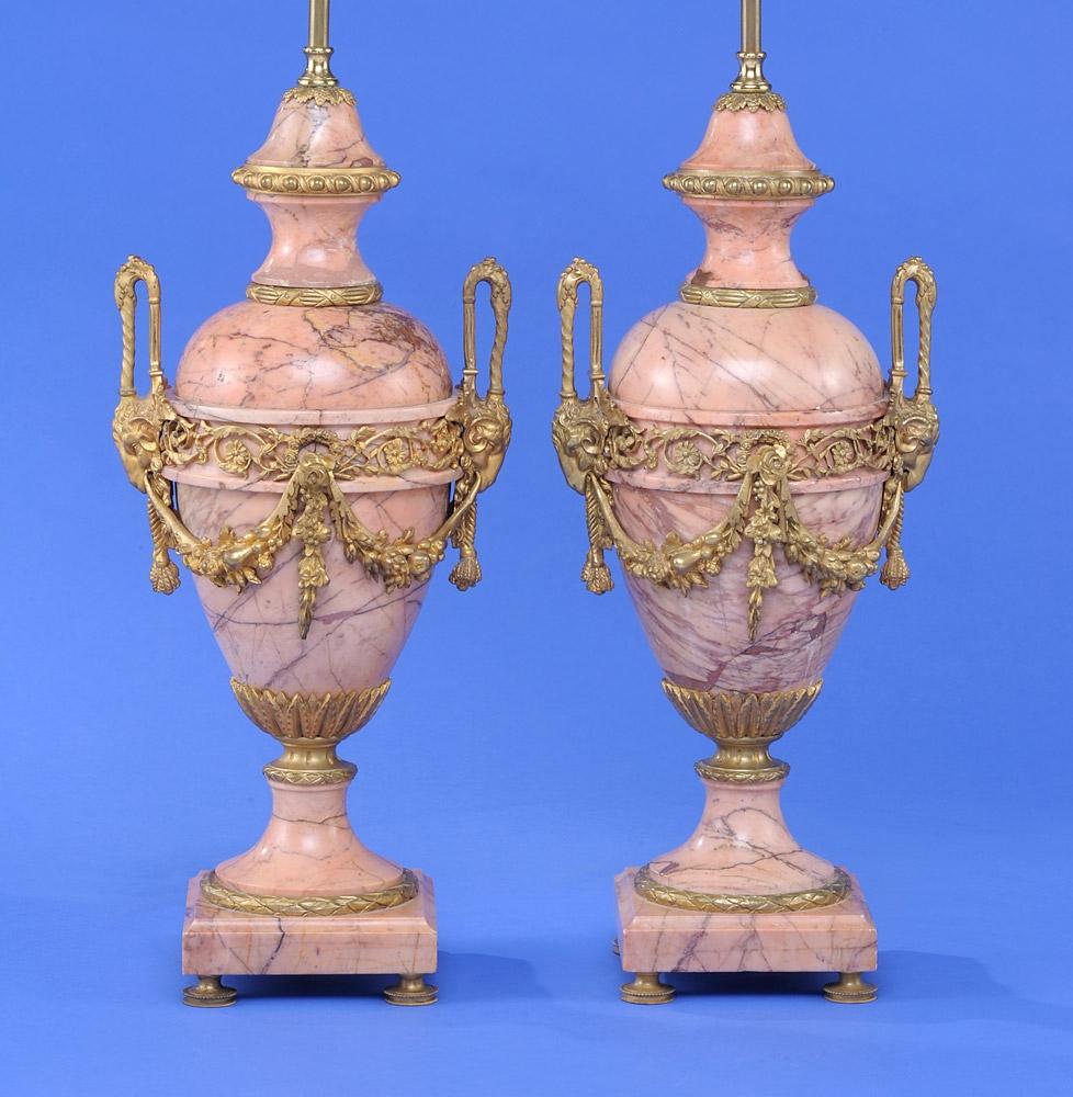 Ein Paar Ziervasen zu Lampen arrangiert Frankreich 19. Jhdt. Marmor und vergoldete Bronze. Elektrifiziert. Schätzpreis: 200 EUR. Düsseldorfer Auktionhaus
