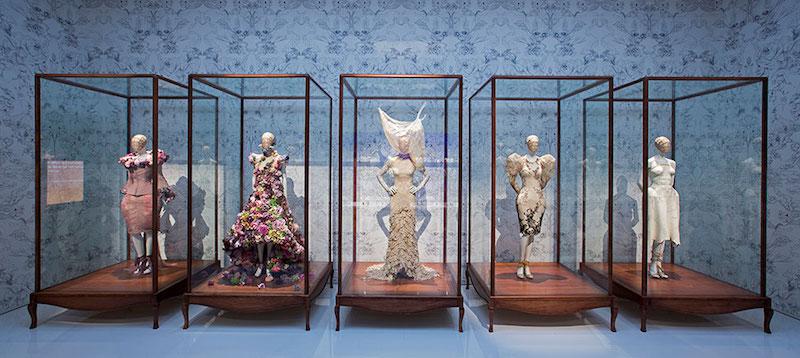 Från ett av utställningsrummen på utställningen Savage Beauty på Victoria & Albert