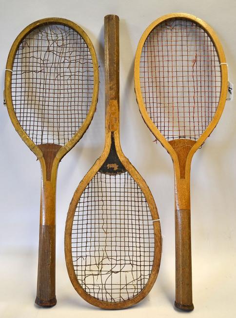 Trois anciennes raquettes de tennis en bois Mullock's