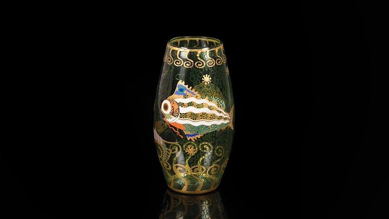 VITTORIO ZECCHIN (1878 Murano 1947) - Außergewöhnliche Vase aus grünem Glas mit Dekor aus Fantasiefischen und Blattgold, Murano um 1920