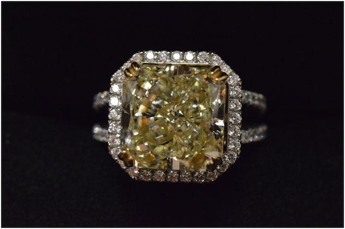 Kunglig Entourage-ring med en gul diamant med totalt 10.03 karat. Auktionen avslutas den 20 december 20.00. Utrop: 2.790.000 SEK