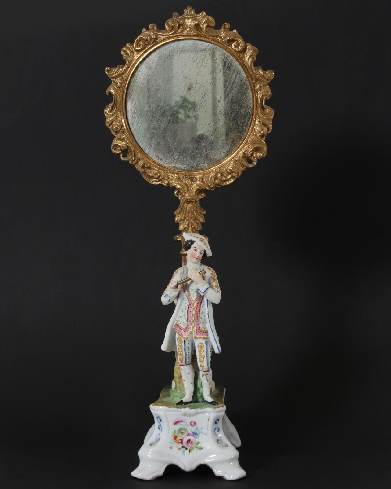 Bordsspegel, England, 1800-tal Porslin och bronserad metall. Med handmålad dekor och förgyllning. (Höjd 41). Startpris: 100 SEK.