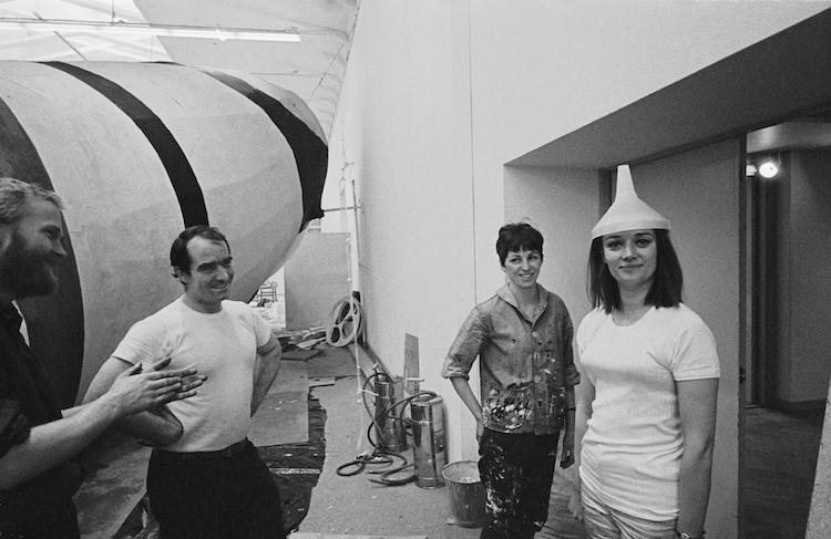 Rico Weber, Jean Tinguely, Mette Prawitz och Niki de Saint Phalle tar en pause i arbetet på Moderna Museet i Stockholm. Foto: Hans Hammarskiöld