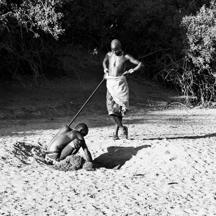 När det är brist på vatten gräver Samburubefolkningen sig ner tills de hittar rinnande vatten under sanden. Då återstår arbetet att få upp vattnet och dessutom hålla det friskt från djurkadaver och avföring med mera. Annars är det lätt att bli väldigt sjuk eller dö av förgiftning. Voss Foundation och Milis Trust uppdrag går bland annat åt att borra och underhålla brunnar och vattenreservoarer.