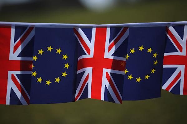 Les drapeaux du Royaume-Uni et de l'Union Européenne apposés le 17 mars 2016 à Knutsford, Angleterre Photo: Christopher Furlong/Getty Images