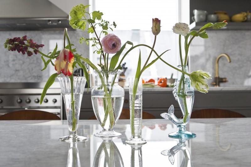 Unterschiedliche Blumen in unterschiedlichen Vasen