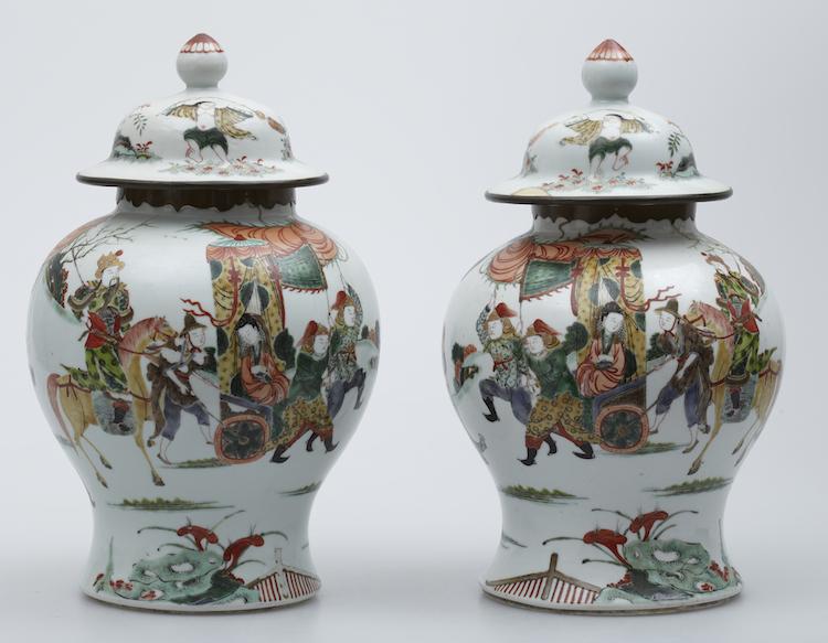Lockvaser, ett par Porslin. Kina. Polykrom dekor av krigare. H 33. Utropspris: 8 000 SEK.