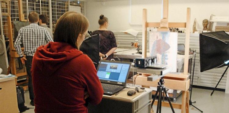 Expertteamet från Universitetet i Jyväskylä på plats för att undersöka målningen