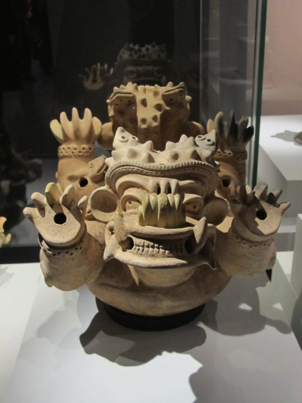 Récipient en forme de monstre, terre cuite, culture Jama Coaque, 350 avant-400 après JC , 29 X 49 X 31 cm Photo: Jean-Christophe Argillet