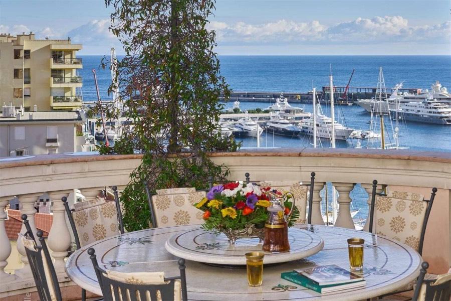 Von der großzügigen Terrasse aus genießt man einen der exklusivsten Aussichten in Monaco | Foto: sothebysrealty.com