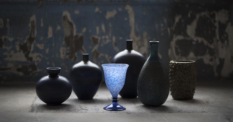 Förutom en stark avdelning med keramik så finns det bland mycket annat, vackert konstglas. Den blåa graalvasen är skapad av Edward Hald för Orrefors 1918.