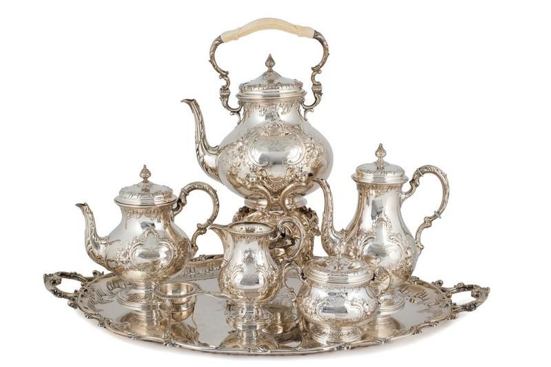 Lotto 462, Servizio da caffè e da tè in argento spagnolo con decori a rilievo.