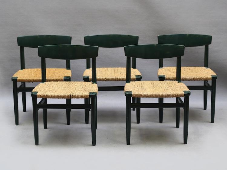 """5 stycken stolar av modell """"Öresund"""" av Börge Mogensen i grön originallack. Utrop 1 000 kronor"""
