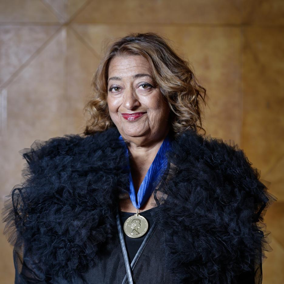 En 2016, Zaha Hadid est la première femme à remporter la médaille d'or royale pour l'architecture Image via dezeen.com