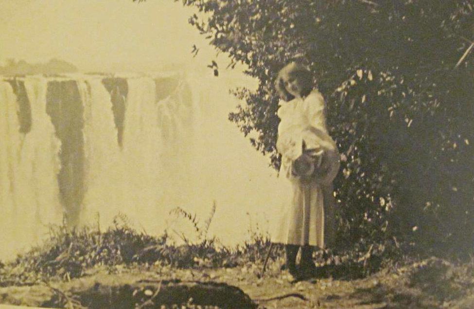 Die etwa 16-jährige Irma bei ihrer Reise an die Victoriafälle (1910)   Foto via irmastern.co.za