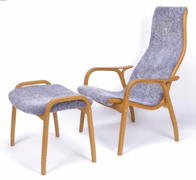 """Yngve Ekströms klassiker, fåtöljen med fotpall """"Lamino"""" med otrolig sittkomfort ropas ut för 6 000 kronor. Auktionens exemplar är med stomme av ek och klädsel av fårskinn"""