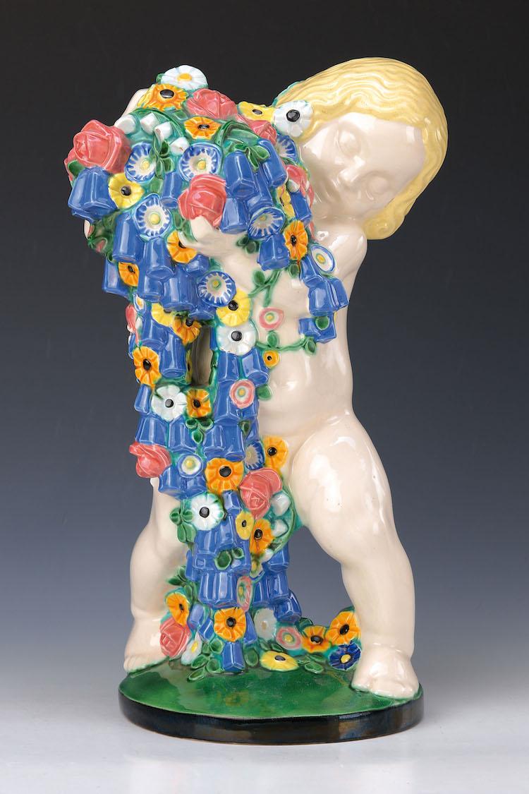 Große Keramikskulptur Diese seltene und qualitativ hochwertig bemalte Skulptur (H: ca. 36,5 cm) ist eines der Hauptwerke des österreichischen Keramikkünstlers Michael Polowny (1871 Judenburg, Steiermark – 1954 Wien). 1907 geschaffen, stellt sie als Putto mit Blumen den Frühling in Powolnys Serie der 4 Jahreszeiten dar. Schätzpreis: 4.800 EUR. Henry's Auktionshaus.