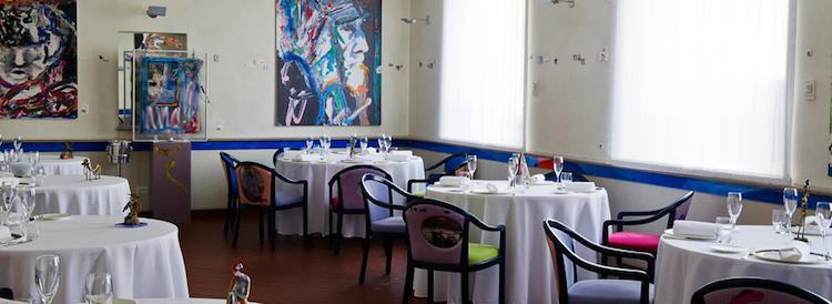 Il Luogo di Aimo e Nadia bjuder på fantastisk mat tillsammans med konst på såväl väggar som bord och stolar.