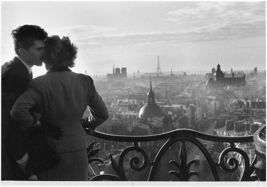 Les Amoureux de la Bastille, Paris, 1957, Willy Ronis, Ministère de la Culture / Médiathèque de l'architecture et du patrimoine /Dist RMN-GP © Donation Willy Ronis