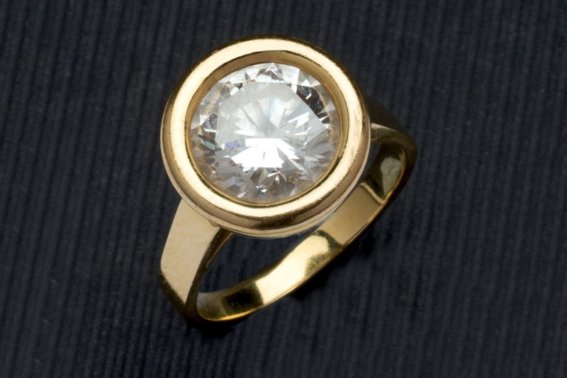 Lote 242: Sortija de oro amarillo con diamante. Precio de salida: 14.000 €