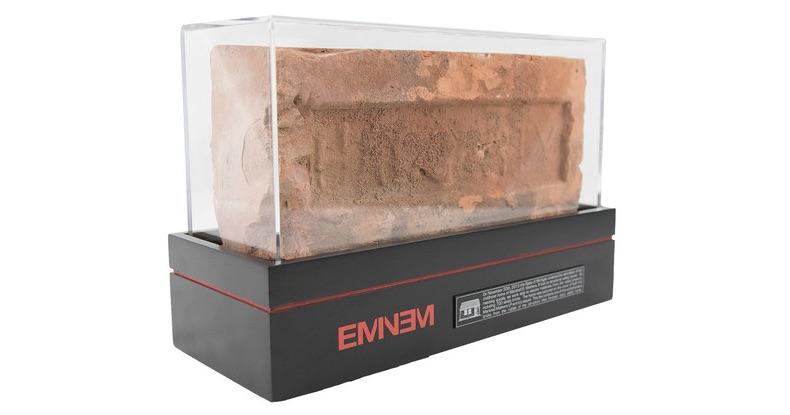 En av de 700 tegelstenarna som just nu finns till auktion. Bild: http://shop.eminem.com/