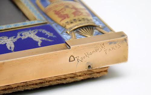 En bas à droite du cadre sous la bordure, présence d'une marque représentant la tiare du roi Saïtapharnès et une inscription gravée «Roukhomovsky Paris»