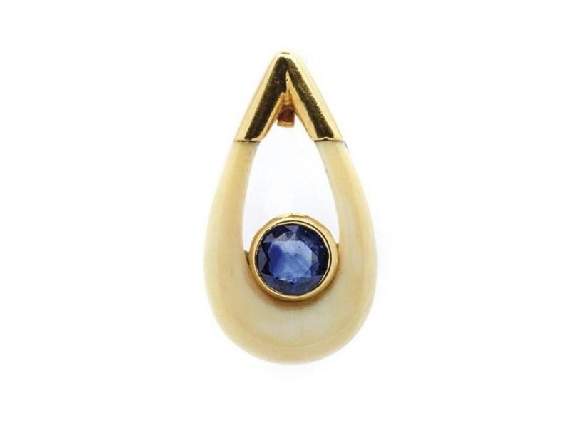 Colgante de la firma Puig Doria en oro, hueso y zafiro azul