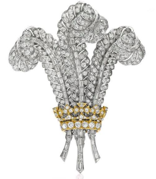Le clip or jaune et diamants en forme de plumes de la couronne du Prince de Galles est passé entre de prestigieuses mains Image via Sotheby's