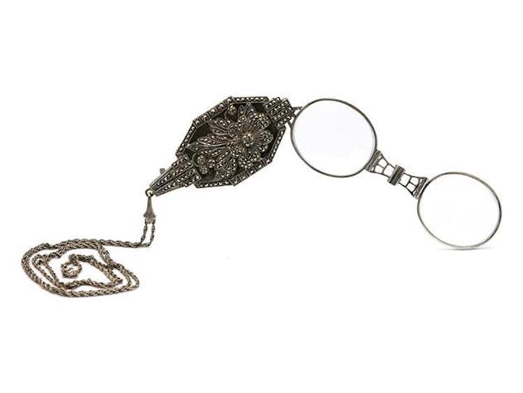 LORGNETTE, silver, markasiter, längd 7,5 cm, vikt 42 g. Utropspris 900 SEK.