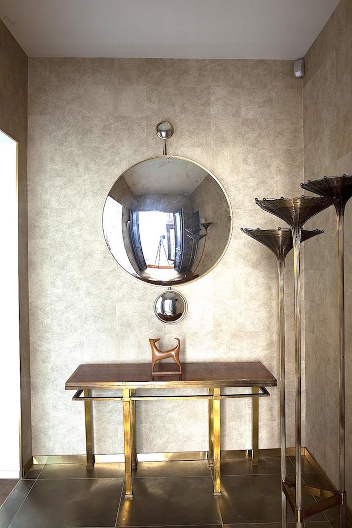 Skulpturerna är ett givet inslag hos de flesta antik och designhandlarna oavsett vilket århundrade man arbetar med. Den fantastiska spegeln som till skillnad från de antika speglarna med samma effektsökeri, lyckas med bedriften att ge dig en korrekt spegelbild mitt i. Du slipper fish eye...Finns att köpa hos Galerie Hervouet