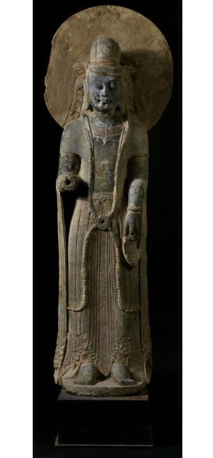 Stehender Buddha, Kalkstein, H: 135 cm, China, nördliche Qi- oder Sui-Dynastie, 550 – 618 Schätzpreis: 18.000-22.000 EUR
