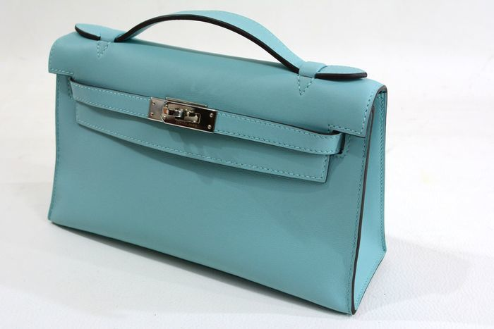 Bolso de mano HERMÈS, modelo Kelly color azul atolón. Precio estimado: 8.200-10.660 €