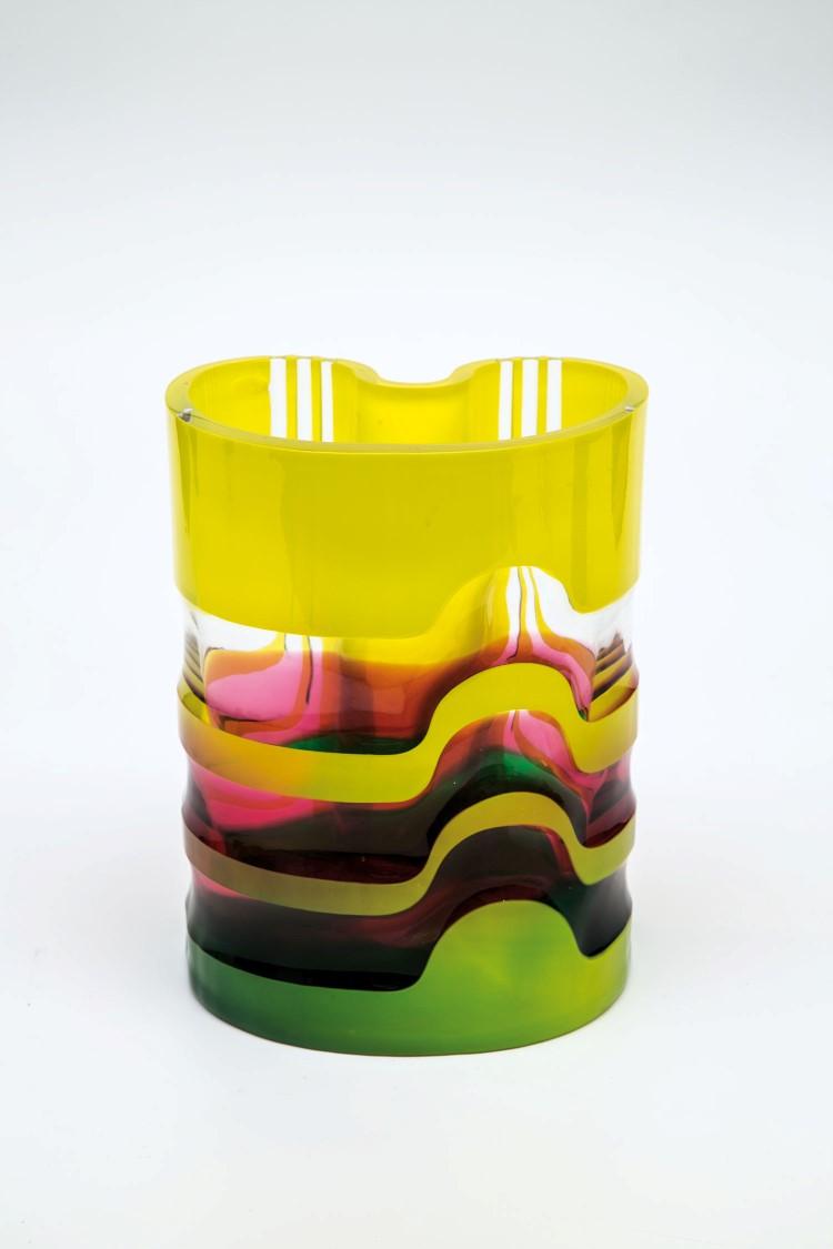 Farbloses Glas, verlaufend rosarubin unterfangen, partiell gelb und grün überfangen, geschliffen und poliert. Vratislav Sotola, 1978. Niedrigster Katalogpreis: 800 EUR