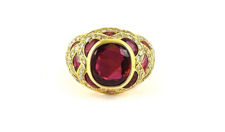Yellow gold ring with rubies (approx. 4 ct) and diamonds