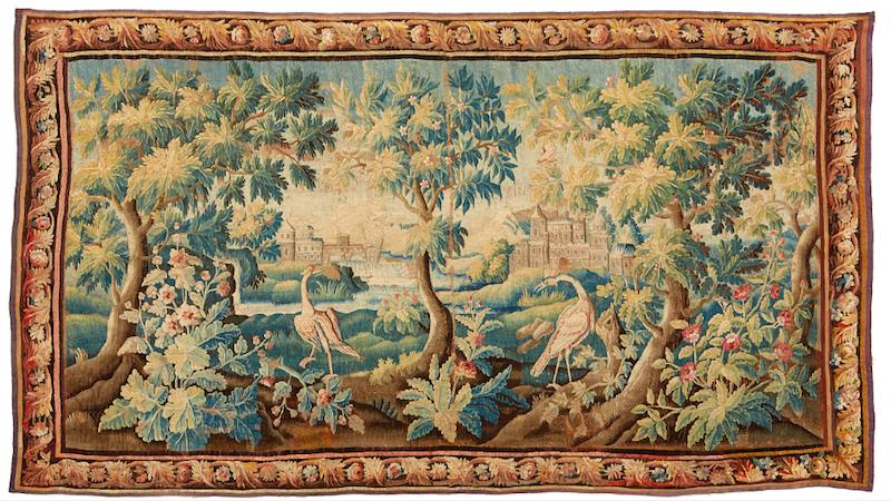 Bland alla vackra föremål finns en så kallad Verdure, det vill säga en vävd tapet från Flandern med en landskapsscen med exotiska fåglar och blommor i olika färger. Utropet är 80 000-100 000 kronor hos Stockholms Auktionsverk