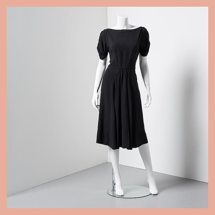 """Även om längden kanske frångår """"den lilla svarta"""" så är klänningen från det italienska modehuset Prada i svart acetat och viskos -blandning minst lika användbar. Utrop 2 000 kronor på Bukowskis Market"""