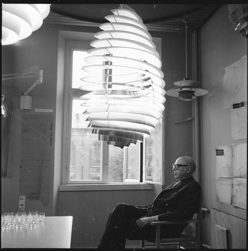 Poul Henningsen intill sin lampdesign 1964. Foto: Grethe Buhl