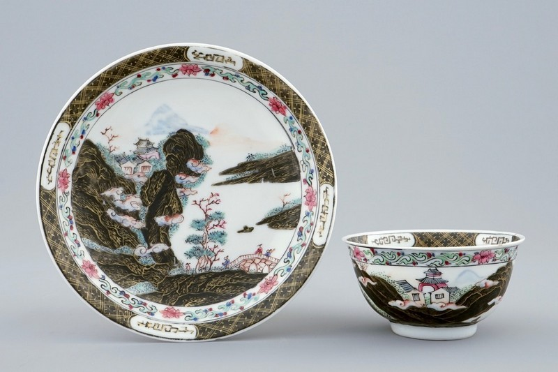 Conjunto de taza y plato decorado con el paisaje de montaña. Estimación: 1.200-1.800 €