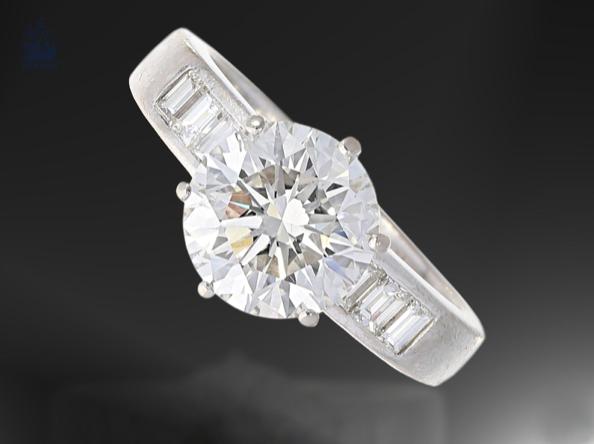 Bague en or blanc et en diamants, image © Cortrie