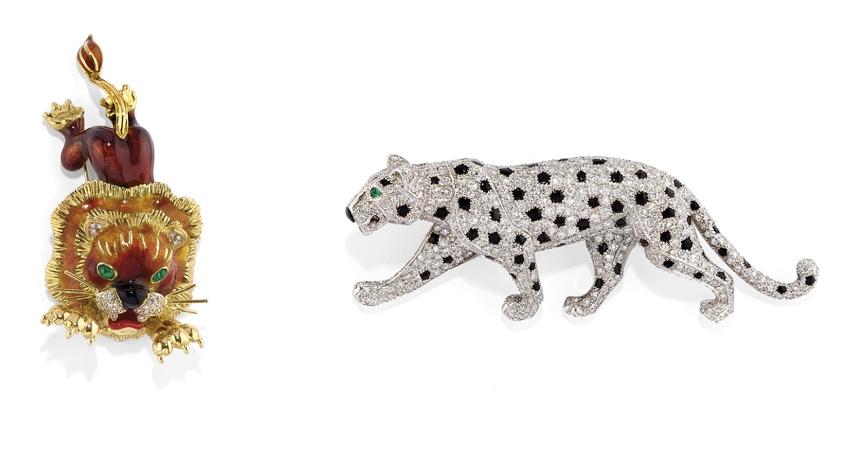 Links: FRASCAROLO - Brosche aus Gold, Emaille, Diamanten und Smaragden Rechts: CARTIER - Panthère-Brosche aus Platin, Onyx, Diamanten und Smaragden