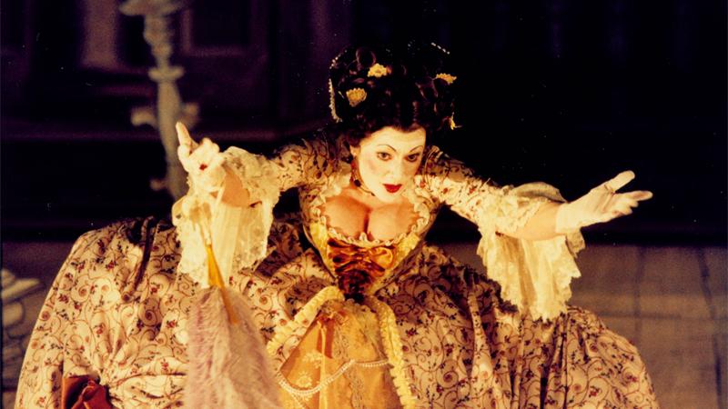 Robe à la Français från operan Så luras en lärare 1996. Utropspris 6000 kronor.