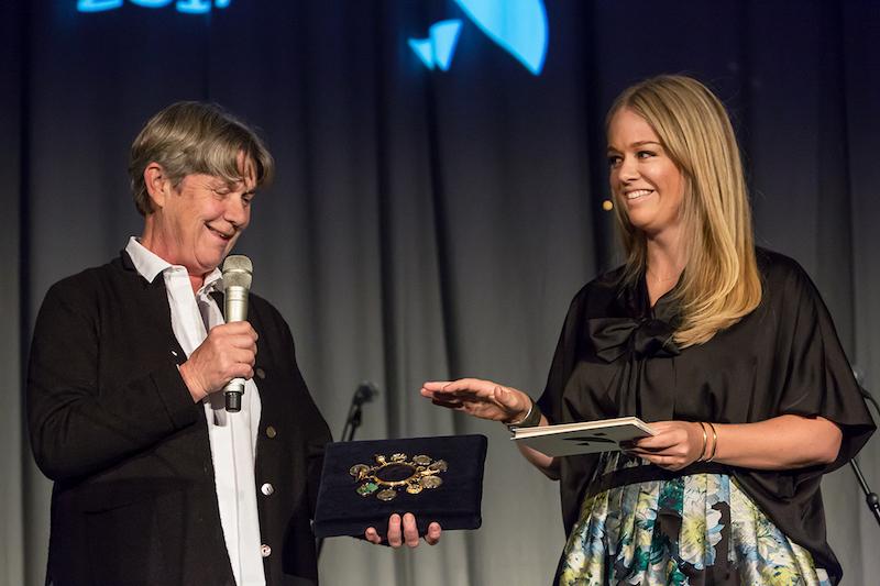 Elsa Modin från Hasselblad och Ebba von Sydow pratar om det berömda halsbandet som smugglades med till månen