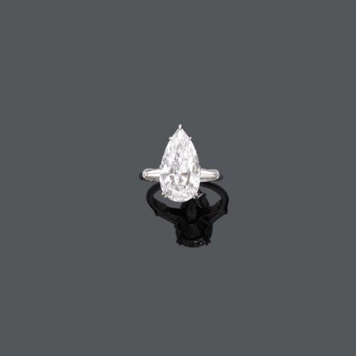 RENÉ KERN - Platinring mit tropfenförmigem Diamant (6,18 ct) und 2 Diamant-Trapeze (zus. ca. 0,40 ct), signiert, um 1969 Schätzpreis: 160.000-240.000 CHF (148.150-222.220 EUR)