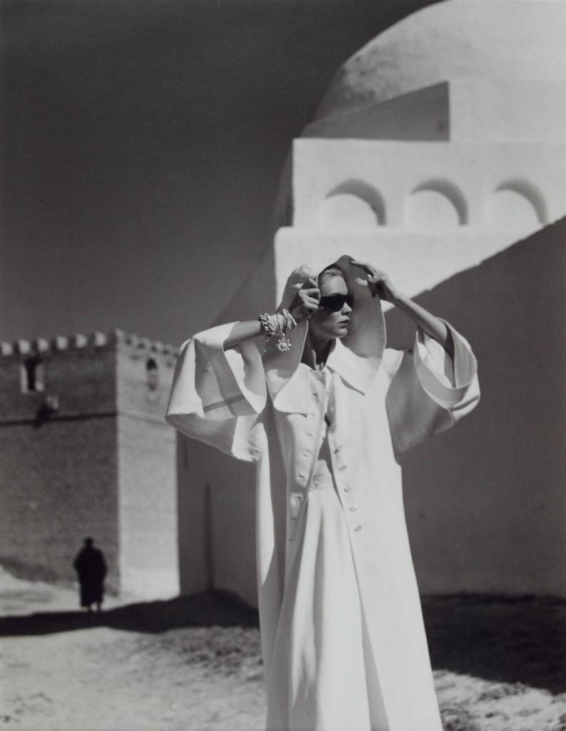 LOUISE DAHL-WOLFE - Natalie in Gres Coat, Kairouan, 1950. Modefotografie aktuell bei Doyle (Schätzpreis 1.500-2.500 USD)